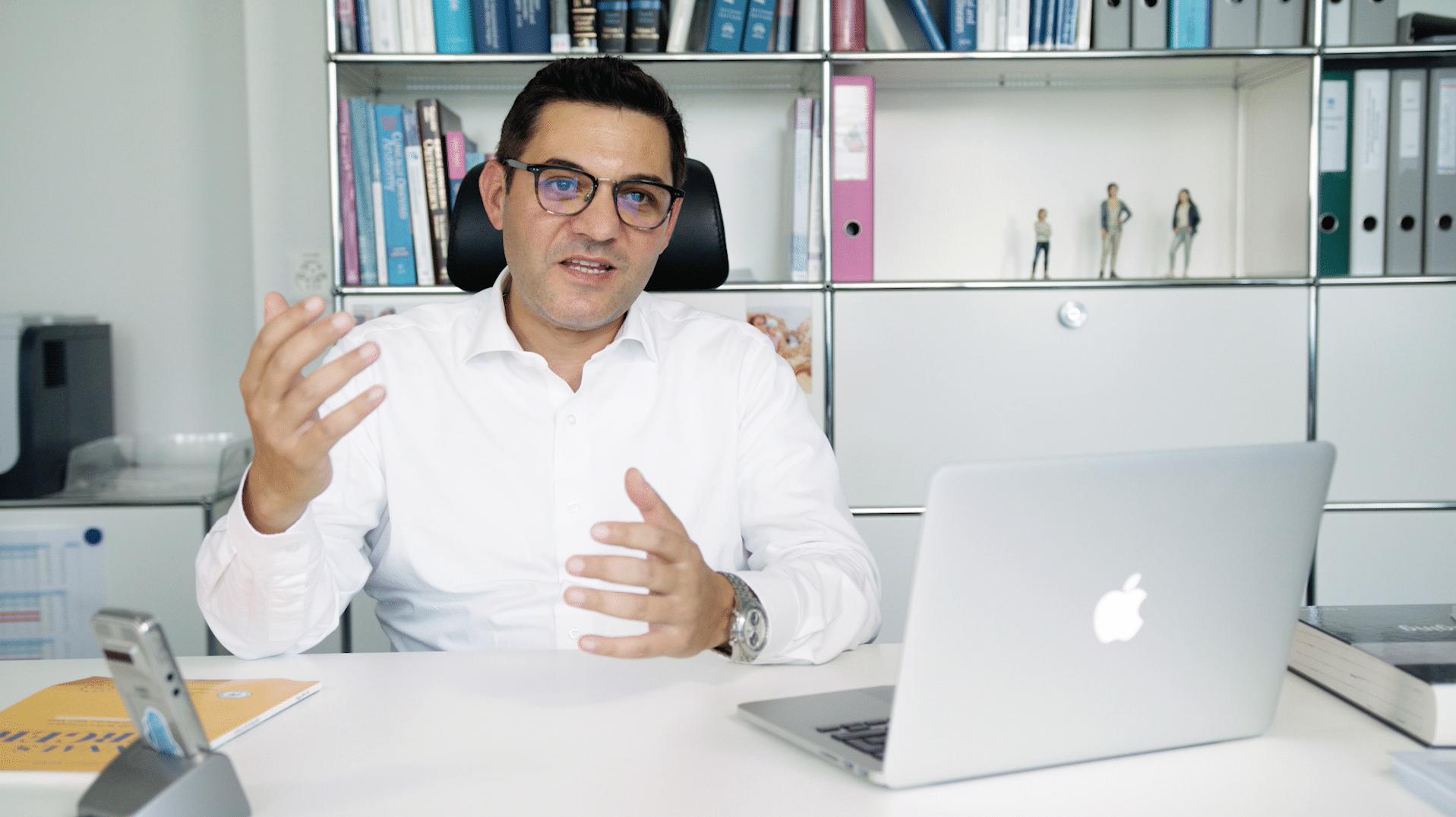 Prof. Dr. med Antonio Nocito am Laptop