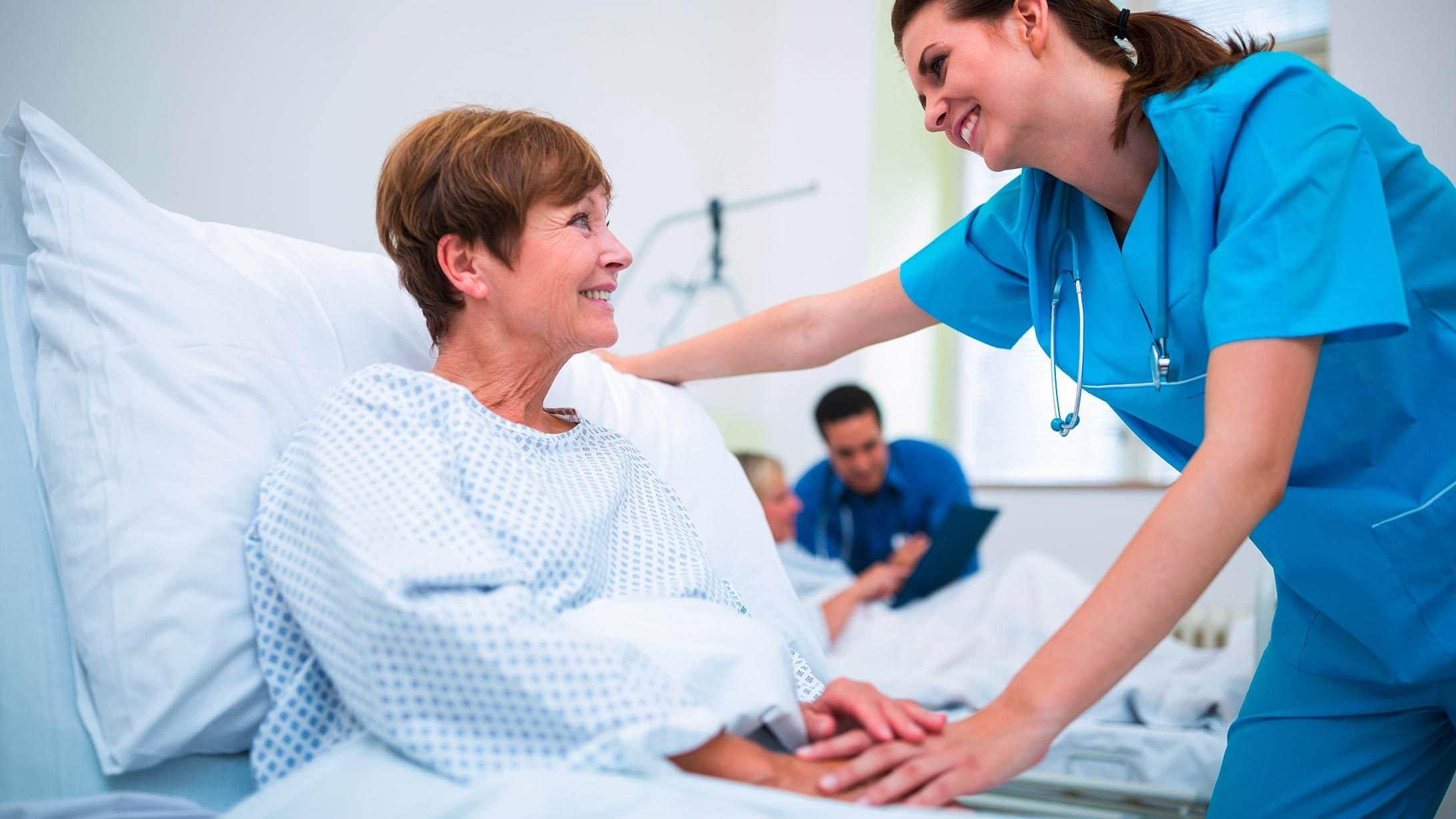 Foto Patientin mit Pflegerin