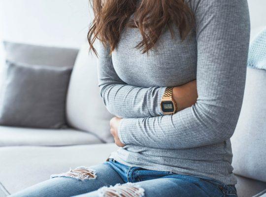 Eine weibliche Person hält sich an den Bauch