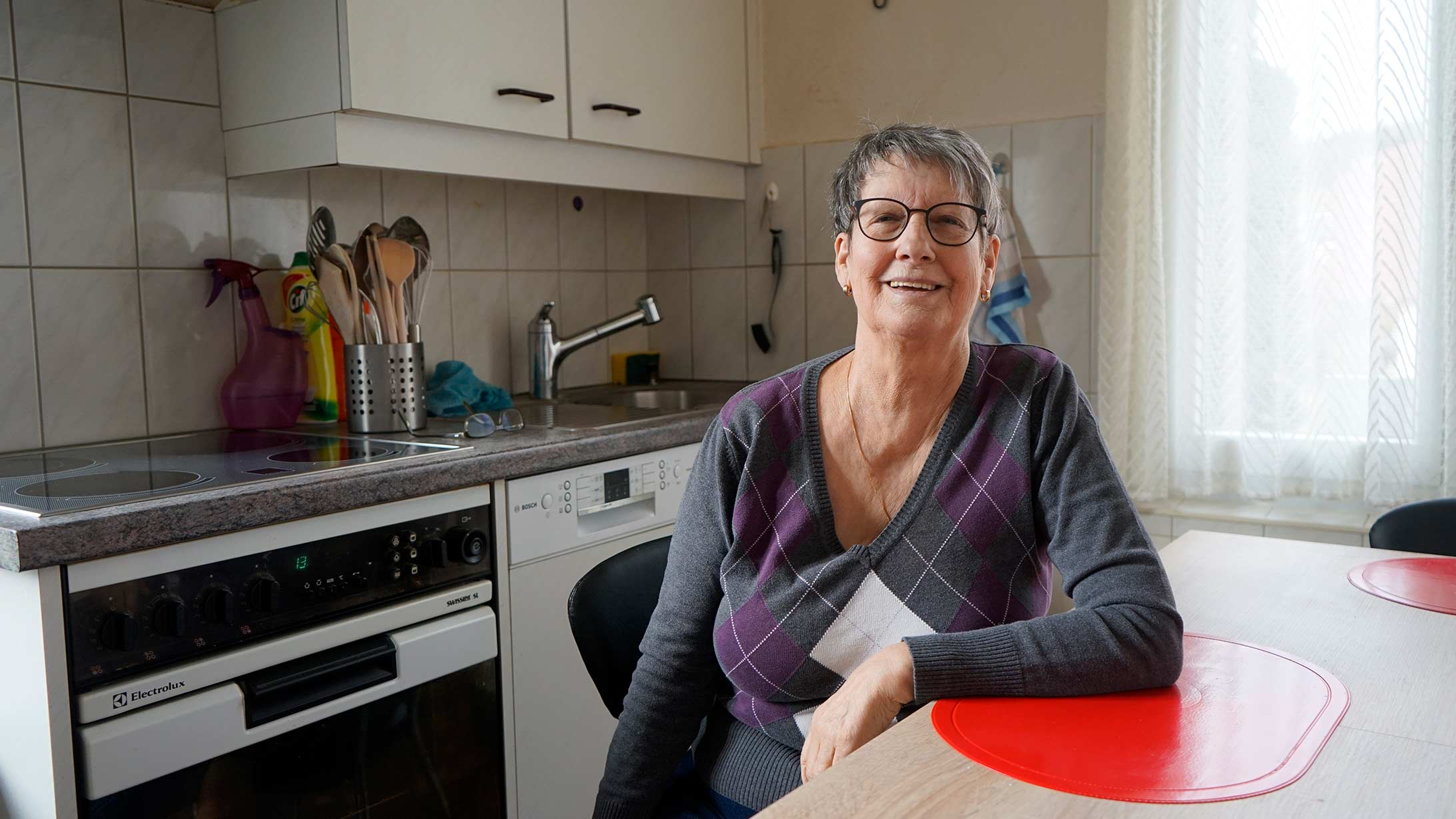 Morbus Crohn Patientin zuhause in ihrer Küche
